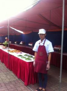 Nhân viên Hà Thành chuẩn bị đồ ăn