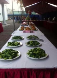Món ăn được chuẩn bị sẵn ra bàn khách