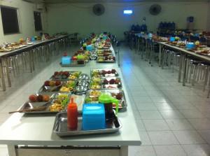Chuẩn bị sẵn bữa ăn cho công nhân
