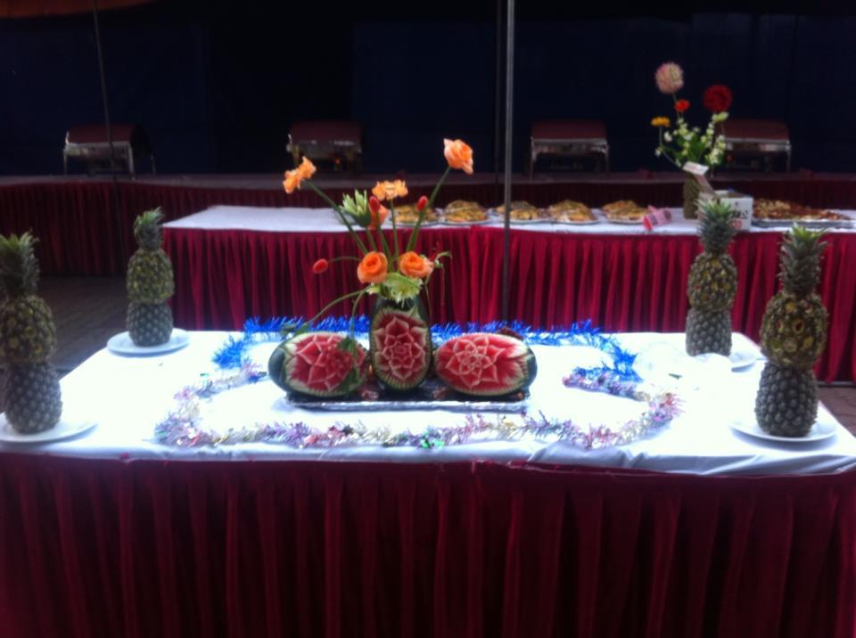 bàn được trang trí bẳng hoa qua tỉa